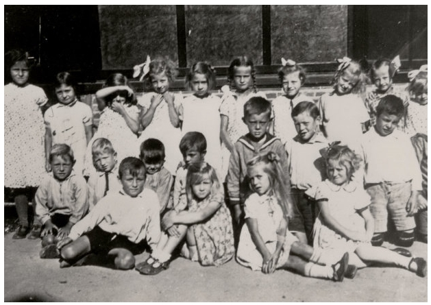 School met de Bijbel, Oost-Souburg 1933-1934. De 2e klas poseert voor de muziektent op het Oranjeplein.Op de onderste rij van l. naar r.: Adri Arendse, Janna Koole, Pietje Suurmond, Neeltje Dieleman.Rij 2 knielend: Jan van de Driest, Jo Grijs, Lein Davidse, Kees Wisse, Piet de Visser, Gerrit Toerse, Willem Wisse, Jaap Pouwer. Bovenste rij: Saar van Maldegem, Dina Dorleijn, Corrie Sturm, Jo Kaljouw, Leni Bevelander, Nellie Koppejan, Zoetje Tissink, Janna Brouwer, Betsie de Bruijn, Manna van Reeden.